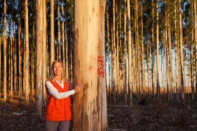 Retrato fotográfico en un bosque realizado por Marco Guoli para la Campaña publicitaria Montes del Plata, Uruguay