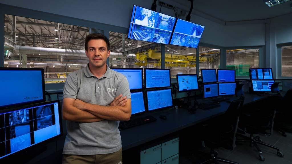 Retrato fotográfico en una sala de control realizado por Marco Guoli para la Campaña publicitaria Montes del Plata, Uruguay