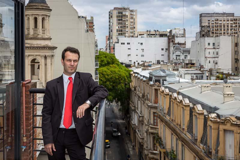 retrato periodístico para revista Época de Brasil de un empleado de un hotel del barrio Moserrat, Buenos Aires