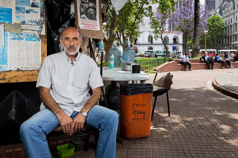 retrato periodístico para revista Época de Brasil de un veterano de Malvinas en Plaza de mayo, Buenos Aires