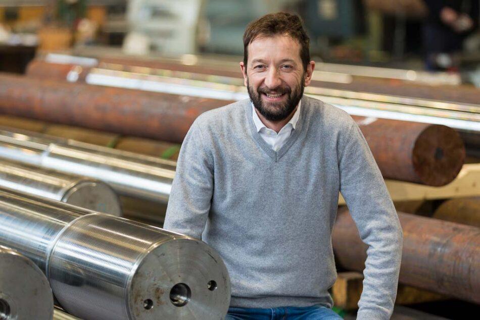 Retrato de un gerente de empresa en los interiores de la planta, durante un servicio fotográfico corporativo de la  empresa Amac Engeneering, Brescia, Italia