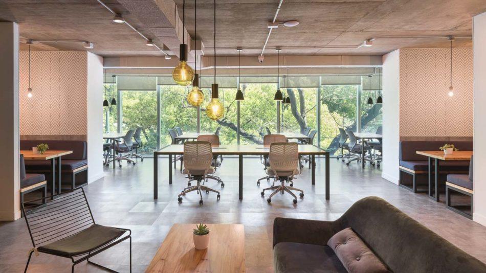 Fotografía de interiores de una oficina de coworking con sillones y mesadas, Belgrano, Buenos Aires