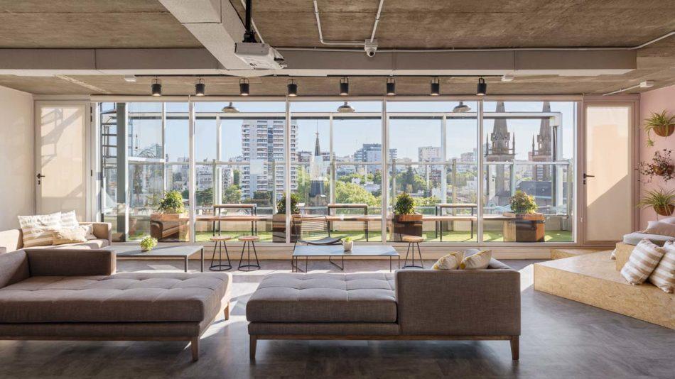 Arquitectura interior de una oficina de coworking con sillones, Belgrano, Buenos Aires