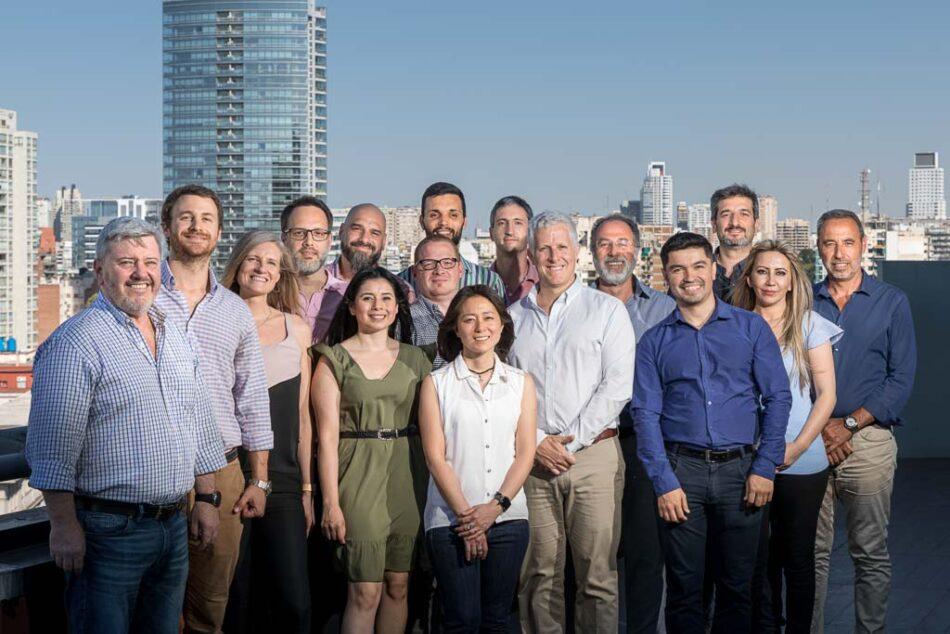 Retrato grupal de los integrantes de la empresa Clear durante un servicio fotográfico corporativo Belgrano, Buenos Aires