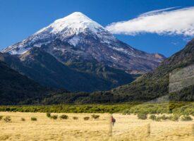 Foto en alta resolución del Banco de imágenes Argentina con un paisaje del volcán Lanín, Neuquén, Argentina