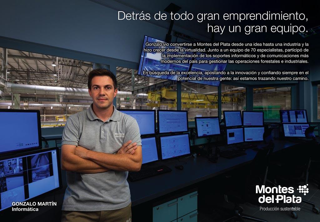 Anuncio en doble página de la Campaña publicitaria Montes del Plata, Uruguay, con una fotografía Retrato en una sala de control realizado por Marco Guol