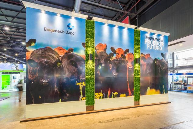 Stand en la rural de Palermo con una Gigantografía para Biogenesis-Bagó, a partir de una foto de Argentina de Marco Guoli, Buenos Aires