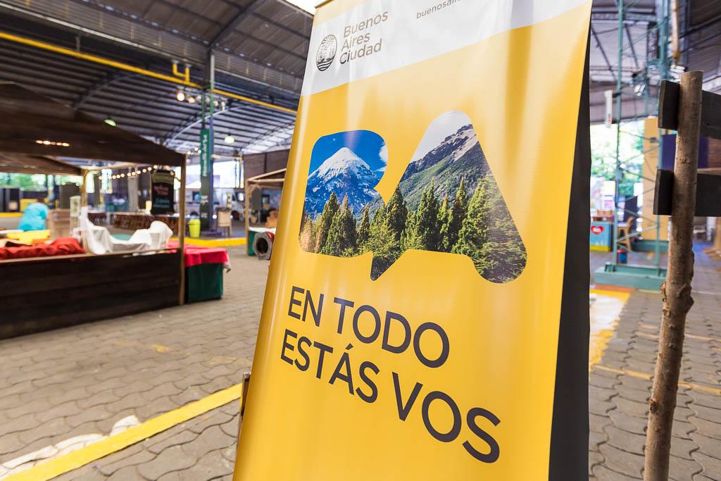 Gigantografías para GCBA en vinilo en un cartel vertical interno al distrito audiovisual de Buenos AIres, con imágenes de Argentina del Banco de imágenes de Marco Guoli, usadas en el evento Buenos Aires celebra las regiones