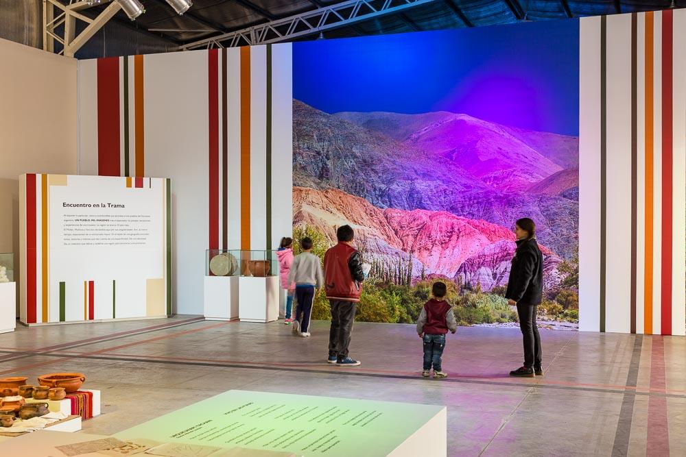Gigantografía en Tecnópolis armado por la empresa Promover, con una foto del Cerro de los 7 colores, impresa a 7,5 x3,5 metros, Buenos Aires