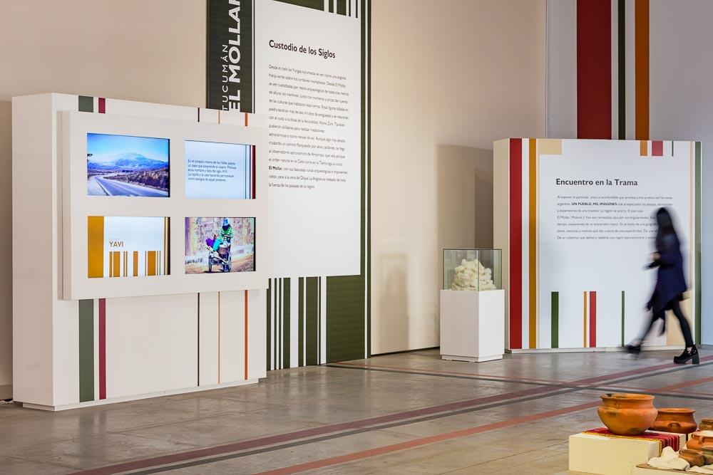 Stand de la empresa Promover en Tecnópolis, Buenos Aires, con imágenes de Argentina de Marco Guoli