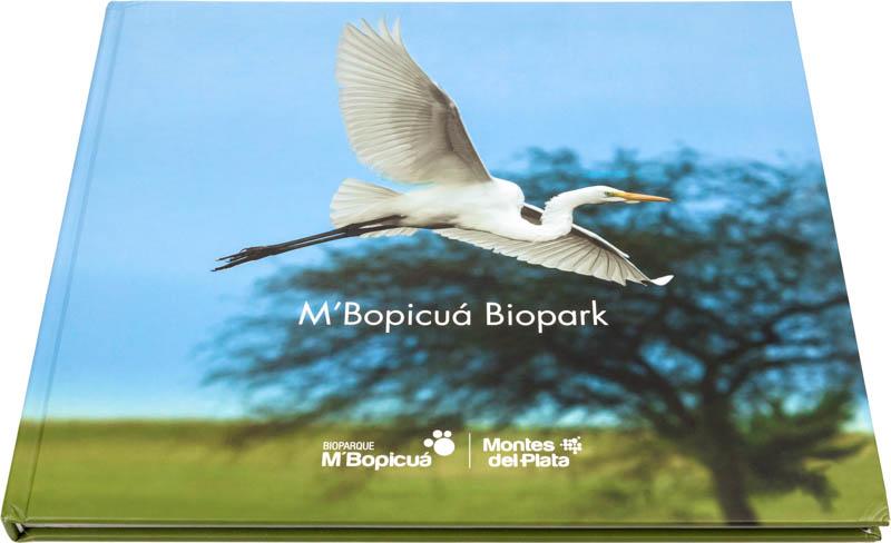 Tapa dura del Libro fotográfico Bioparque M'Bopicuá con la foto de una garza volando