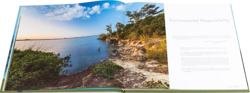 Doble página interna del Libro fotográfico Bioparque M'Bopicuá con una foto de la orilla sobre el río Uruguay