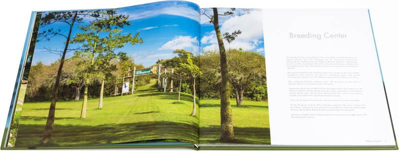 Doble página interna del Libro fotográfico Bioparque M'Bopicuá con la imagen de la entrada a la estación de cría