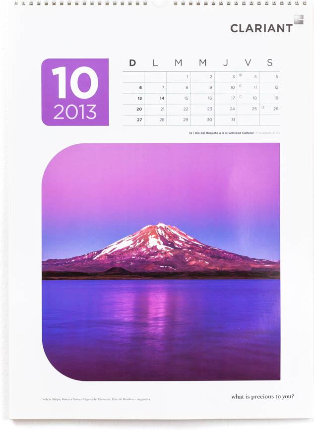 Página del mes de octubre del Calendario corporativo Clariant 2013, con una FOTOGRAFÍA de Laguna Diamante en la provincia de Mendoza DEL BANCO DE IMÁGENES DE MARCO GUOLI
