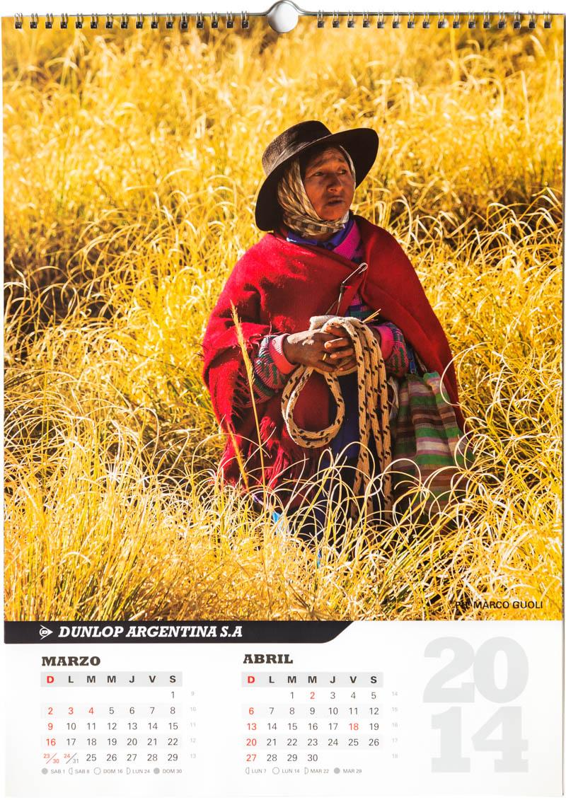 Página del bimestre marzo abril del Calendario empresarial Dunlop Argentina 2014 con una foto de una pastora en el medio del pasto en Salta del Banco de imágenes de Marco Guoli