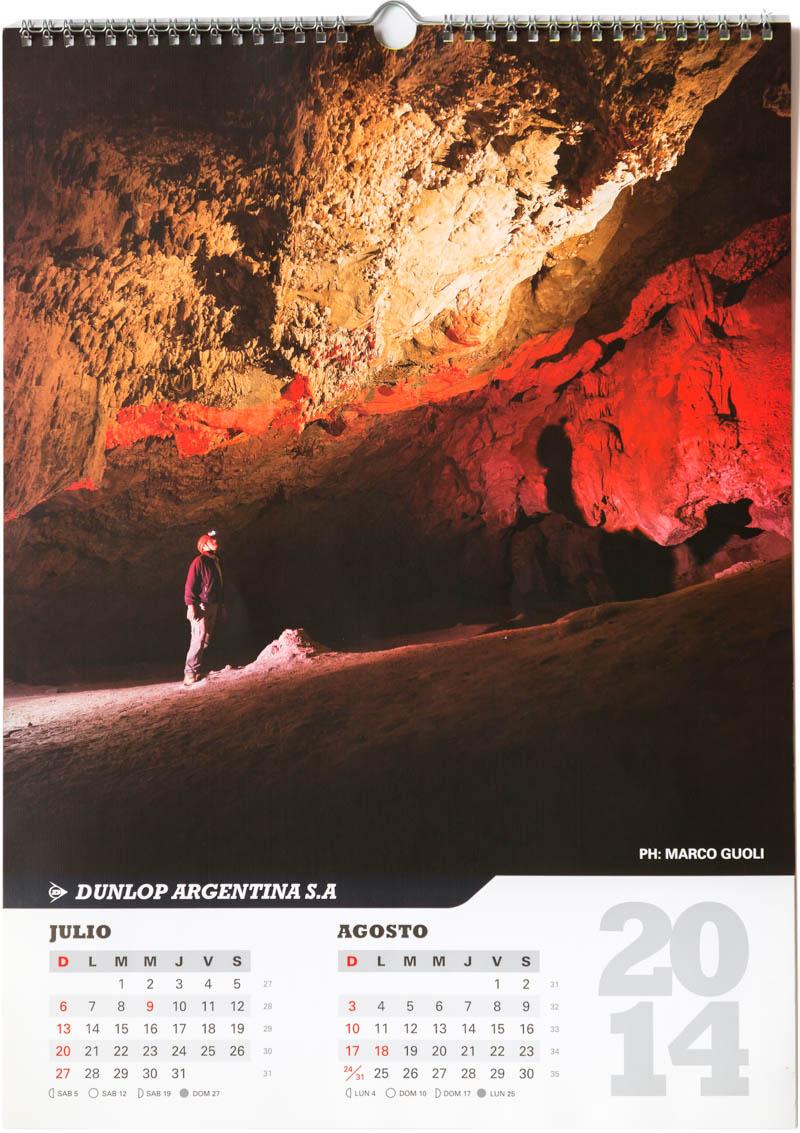 Página del bimestre julio agosto del Calendario empresarial Dunlop Argentina 2014 con una foto de caverna de las brujas en Malargüe del Banco de imágenes de Marco Guoli