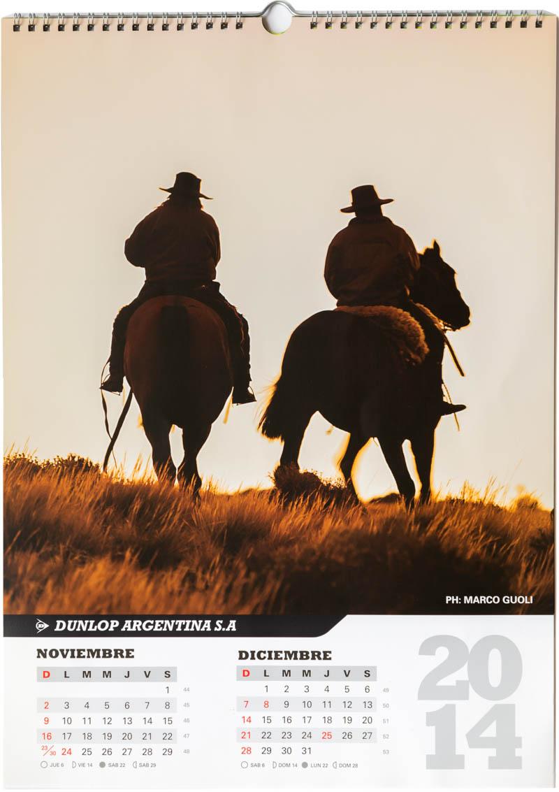 Página del bimestre noviembre diciembre del Calendario empresarial Dunlop Argentina 2014 con una foto de gauchos a caballo del Banco de imágenes de Marco Guoli