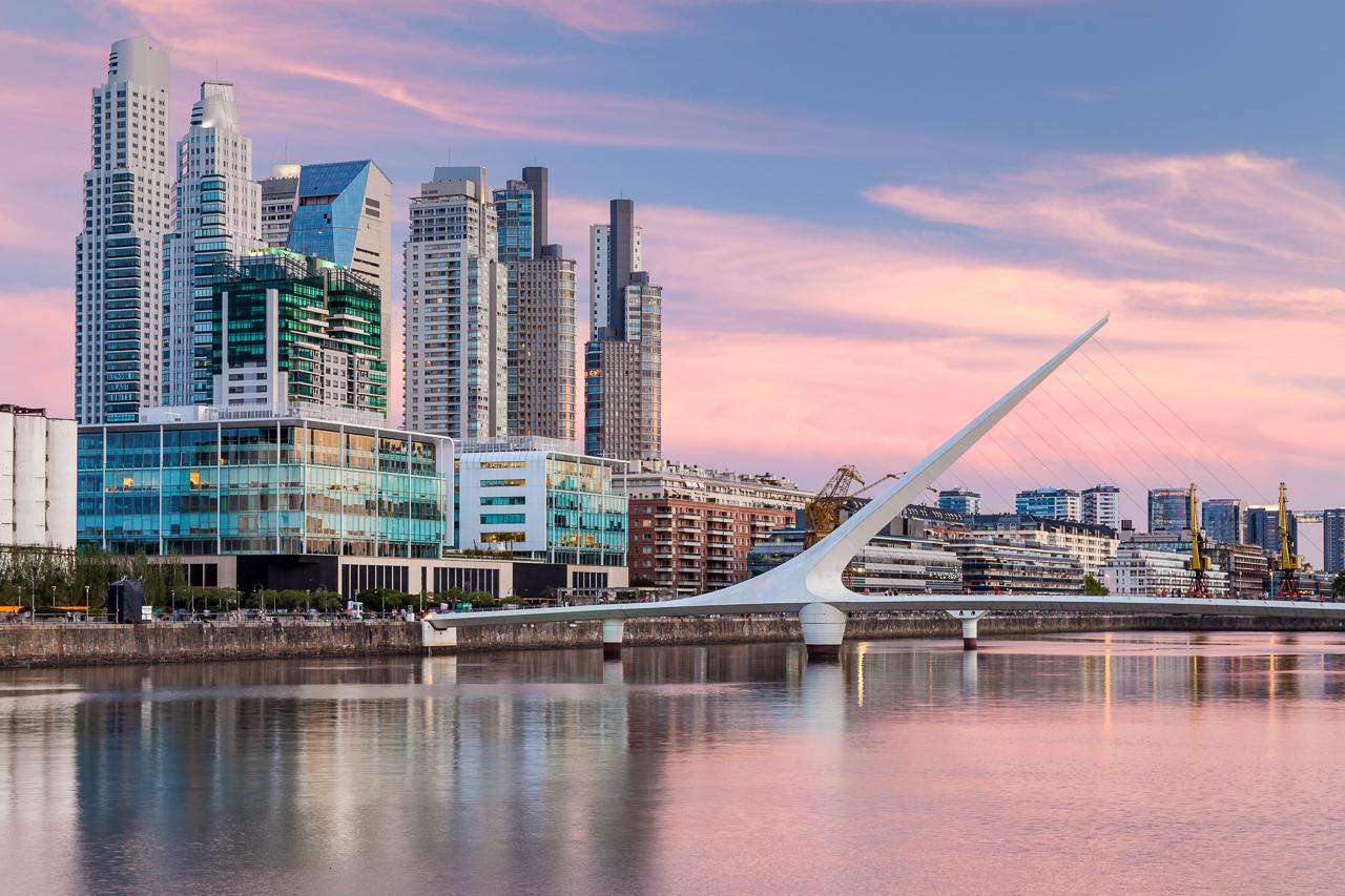 Fotografía de arquitectura de Puerto Madero y el Puente de la Mujer,, Buenos Aires, Argentina