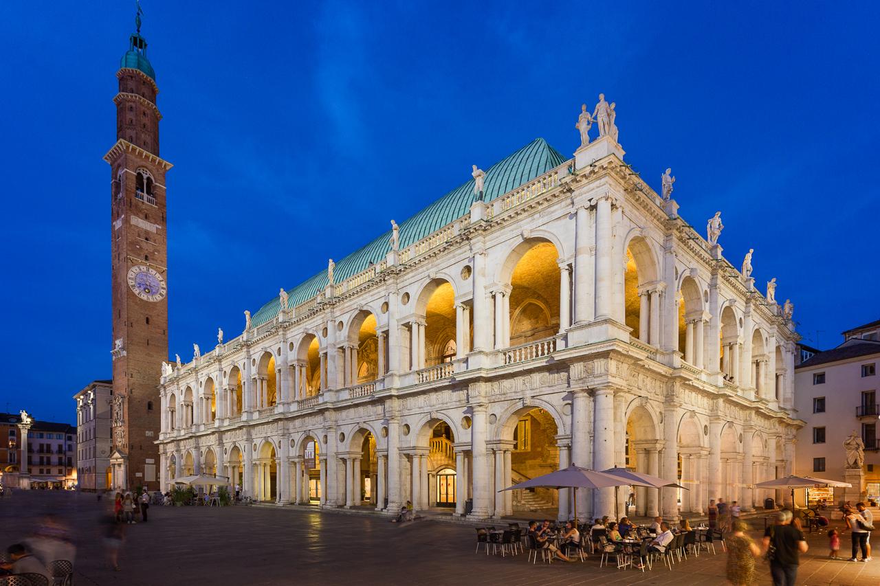 Fotografía de la arquitectura exterior de la obra del arquitecto Andrea Palladio Basilica Palladiana, Vicenza, Italia