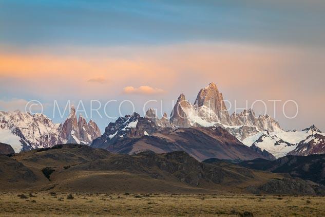 El mes de abril del Calendario Argentina 2019, con los cerros fitz roy y torre al amanecer, Santa Cruz, Argentina