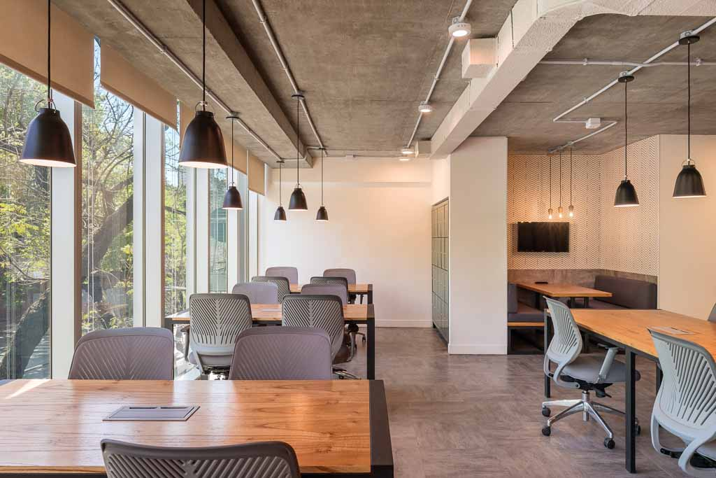 Fotografía de interiores de oficinas de coworking con vista jardín, Belgrano, Buenos Aires