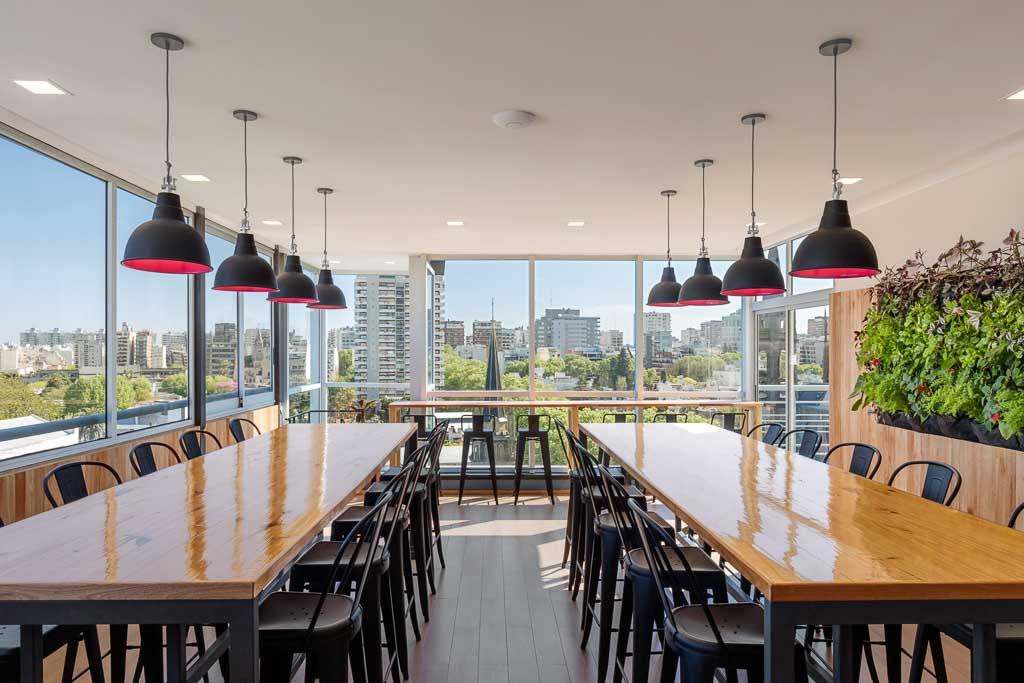 Fotografía de interiores de oficinas de coworking, SALA BAR con vista hacia el barrio de Belgrano, Buenos Aires