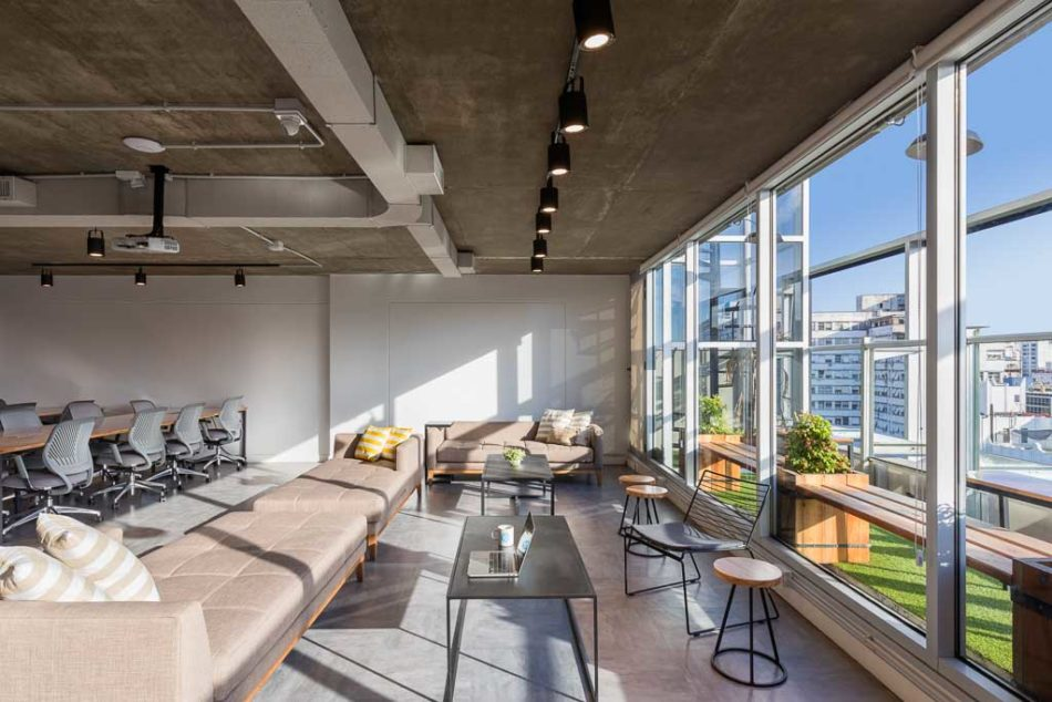 Fotografía de interiores de oficinas de coworking, sillones y balcón, Belgrano, Buenos Aires