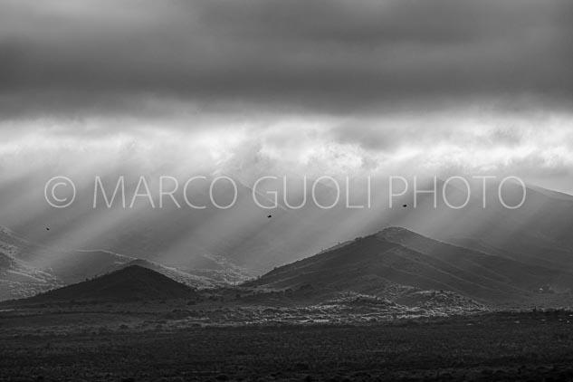 3 cóndores volando en los alrededores del cerro Uritorco, Córdoba