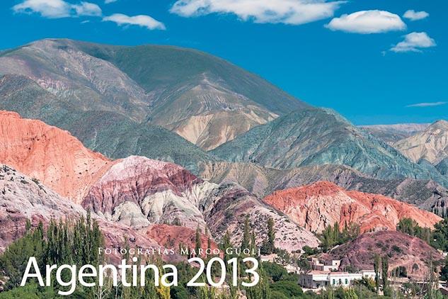 Tapa del Calendario Argentina 2013 con una fotografía de Purmamarca y el cerro de los 7 colores, Jujuy