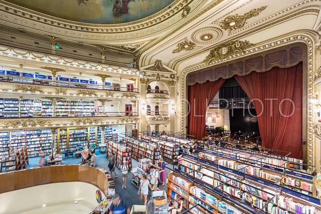 Arquitectura interior de El Ateneo Grand Splendid, gondolas con libros y escenario Bar, Buenos AIres