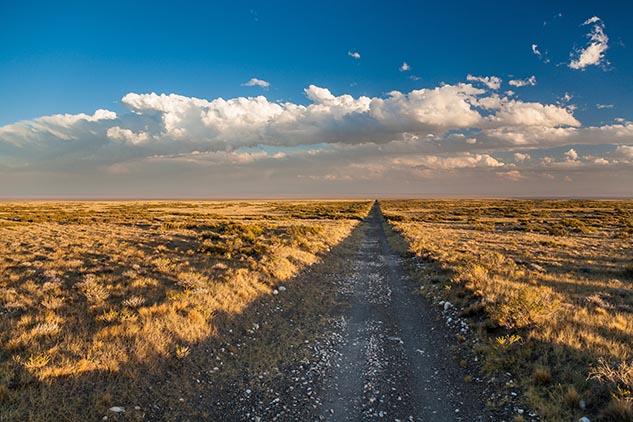 Octava página con el mes de agosto del Calendario Argentina 2013 y una fotografía de la ruta nacional 40, Mendoza
