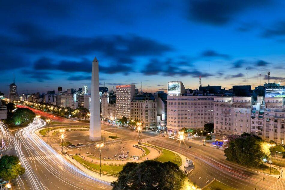 Arquitectura de exteriores de un Hotel de noche con vista del obelisco, Buenos Aires, Argentina