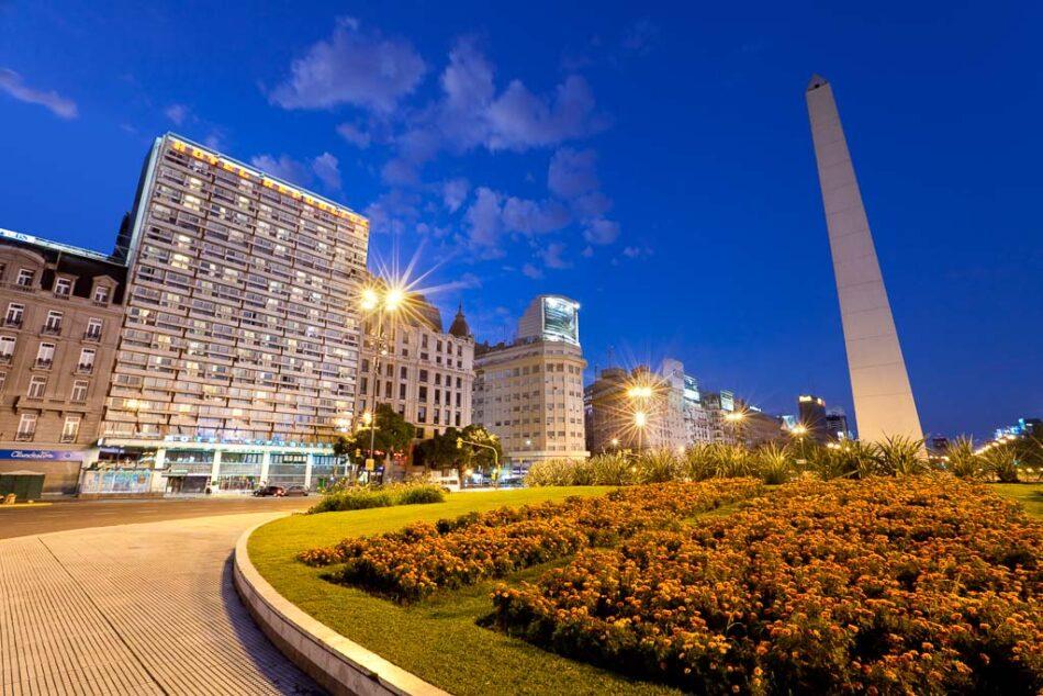 Arquitectura de los exteriores de un Hotel de noche, Buenos Aires, Argentina