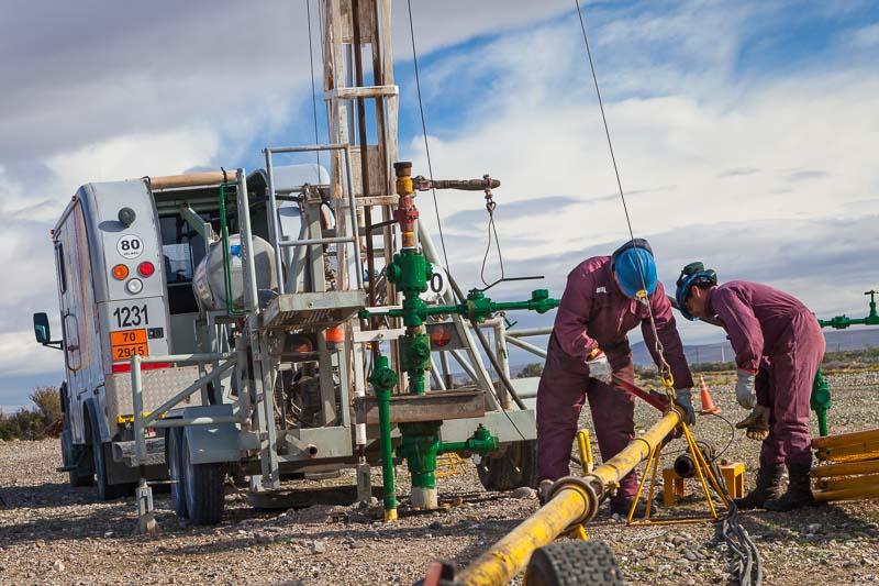 Empleados de la empresa Clear trbajan en un servicio de Wireline en un yacimiento petrolifero en Chubut