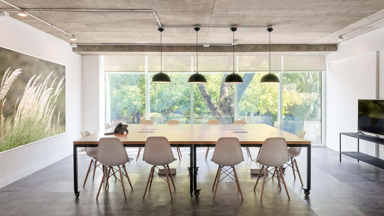 Fotografía de interiores de la sala reuniones de un espacio coworking, Belgrano, Buenos Aires