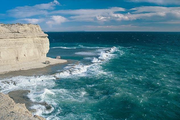 Cuarta página con el mes de abril del Calendario Argentina 2013 y una fotografía de Península Valdés, Chubut