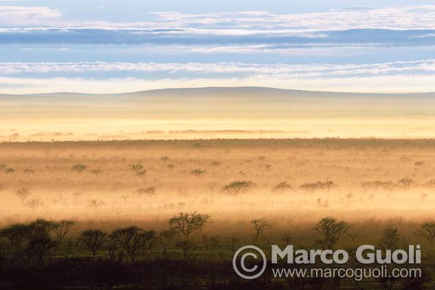 Quinta página con el mes de mayo del Calendario Argentina 2013 y una fotografía del Parque Nacional Lihué Calel, La Pampa