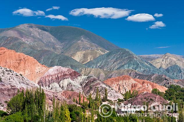 Tercera página del Calendario Argentina 2013 con una fotografía de Purmamarca y el cerro de los 7 colores, Jujuy