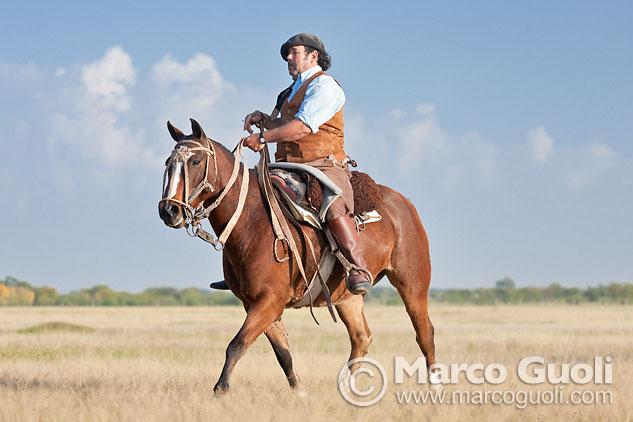 Sexta página con el mes de junio del Calendario Argentina 2013 y una fotografía de un paisano a caballo, provincia de Buenos Aires