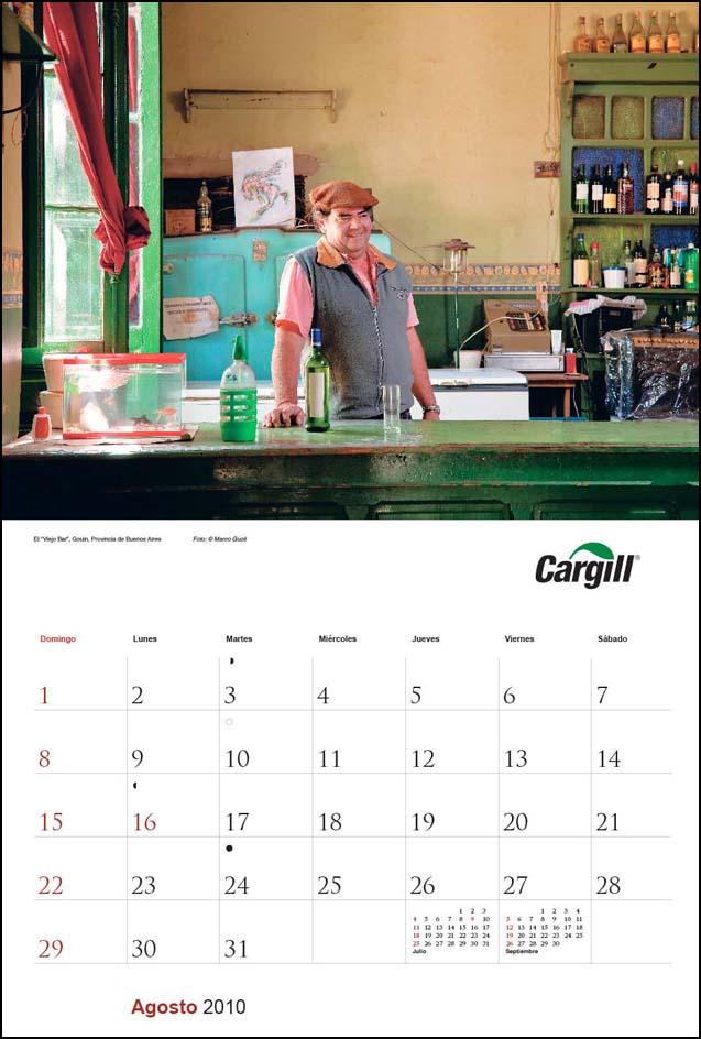 Imagen de la página del mes de agosto del Calendario empresarial Cargill Argentina con una fotografía de un hombre en una pulpería del Banco de imágenes de Marco Guoli, Buenos Aires