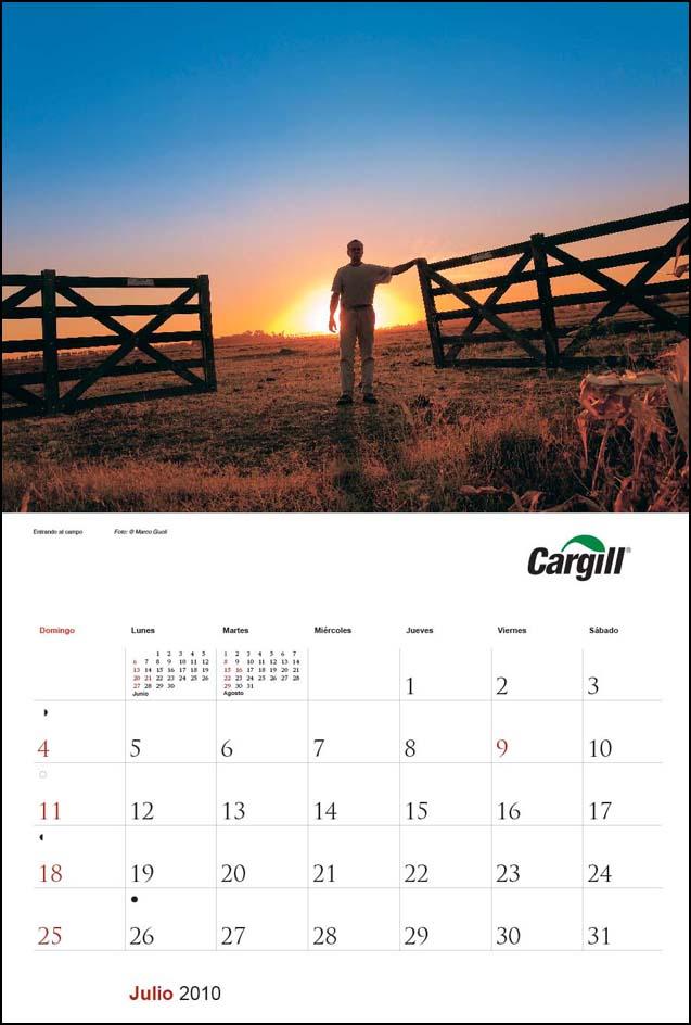 Imagen de la página del mes de julio del Calendario empresarial Cargill Argentina con una fotografía de u hombre abriendo una tranquera al atardecer del Banco de imágenes de Marco Guoli, Buenos Aires