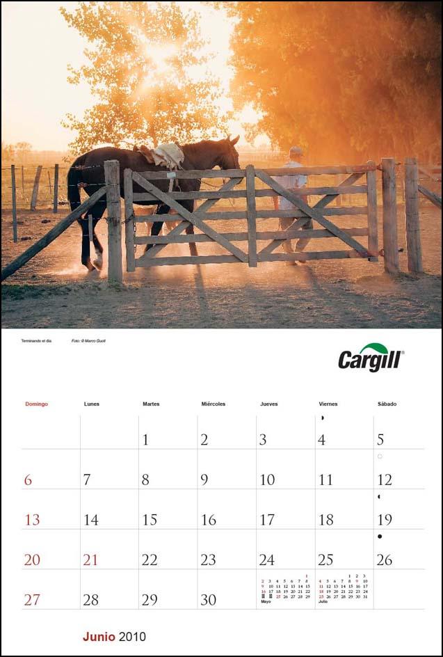 Imagen de la página del mes de junio del Calendario empresarial Cargill Argentina con una fotografía de una tranquera y un caballo del Banco de imágenes de Marco Guoli, Buenos Aires