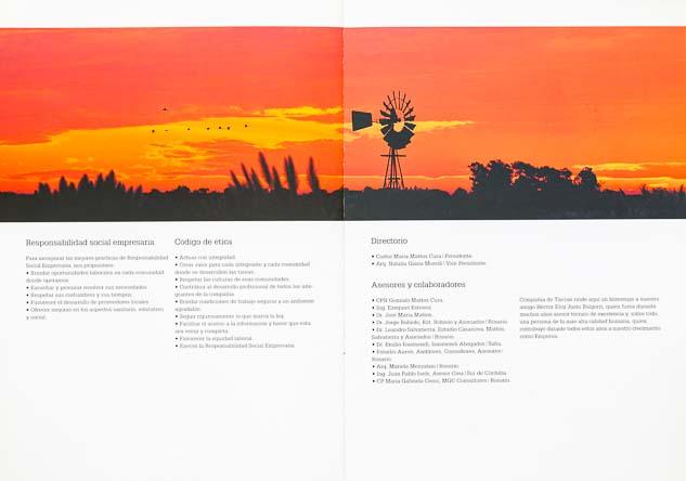 Doble página interna del Folleto institucional Compañia de tierras con una imagen de un molino de viento al atardecer del Banco de imágenes de Marco Guoli