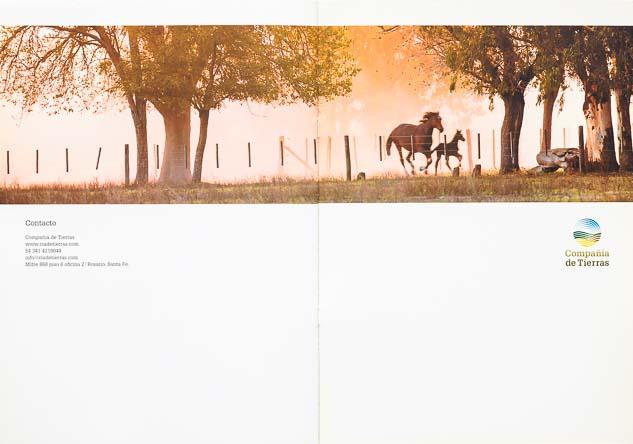 Doble página interna del Folleto institucional Compañia de tierras con una imagen de 2 caballos al galope del Banco de imágenes de Marco Guoli