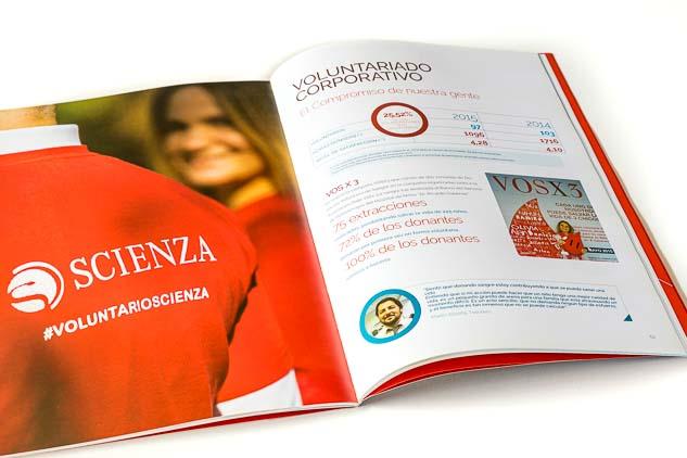Doble página interna de la revista Scienza con un Retrato corporativo grupal de voluntarios de la empresa para reporte anual de sustentabilidad, realizado por el fotógrafo de Buenos Aires Marco Guoli