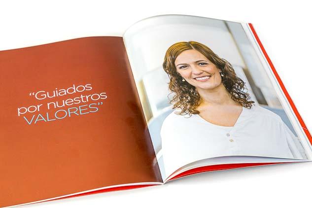 Doble página interna de la revista Scienza con un Retrato corporativo individual de una empleada de la empresa para reporte anual de sustentabilidad, realizado por el fotógrafo de Buenos Aires Marco Guoli