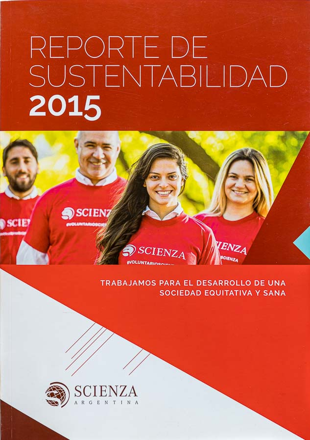 Tapa de la revista Scienza con Retrato corporativo de voluntarios de la empresa para reporte anual de sustentabilidad, realizado por el fotógrafo de Buenos Aires Marco Guoli