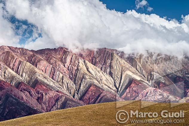 Fotografía en alta resolución del Banco de imógenes Marco Guoli de las serranías del Hornocal en Jujuy, usada en una campaña publicitaria de Rapipago
