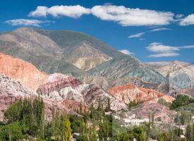 Foto en alta resolución del Banco de imágenes Argentina con Purmamarca y el cerro de los 7 colores, Jujuy, Argentina