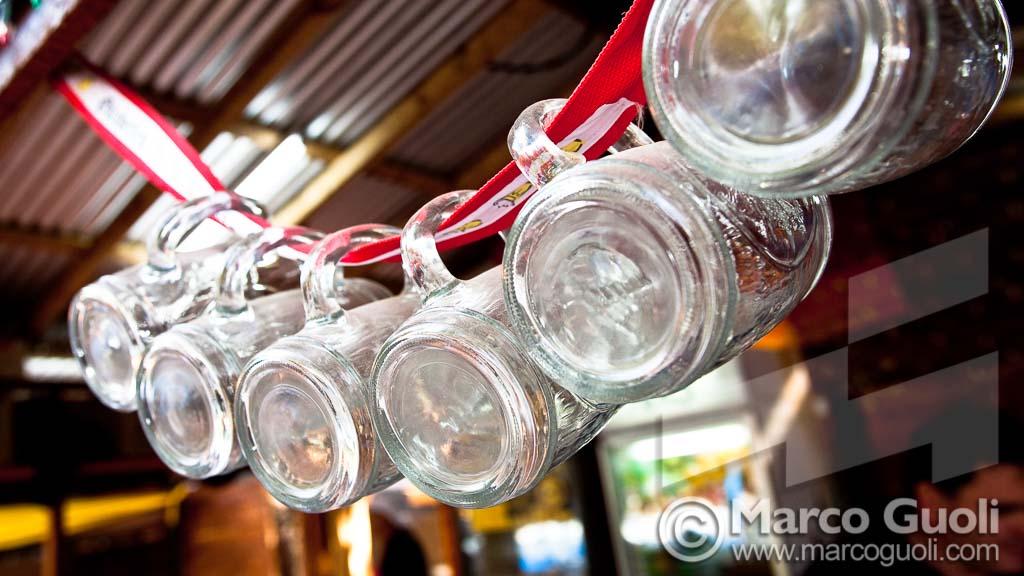 Foto de la Oktoberfest Argentina con unos vasos de cerveza colgados, Villa General Belgrano, Córdoba